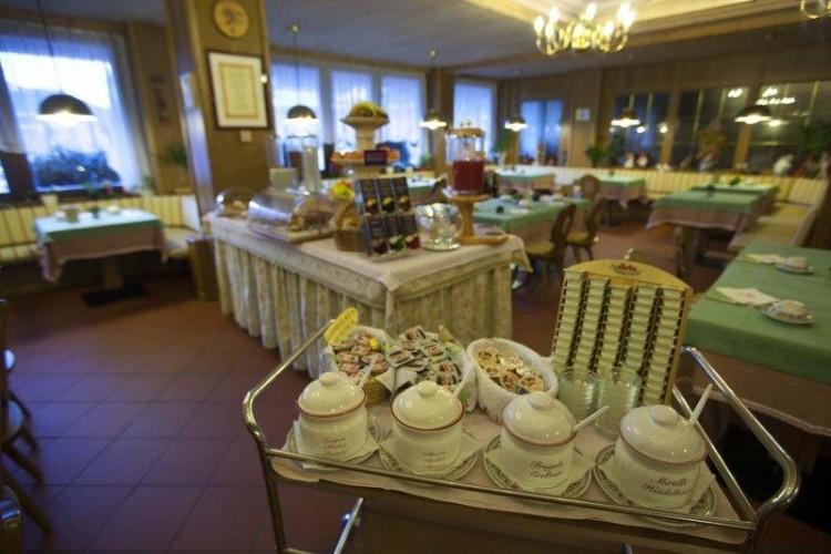 HOTEL  LA  BAITA         (MADONNA DI CAMPIGLIO)    (TN)