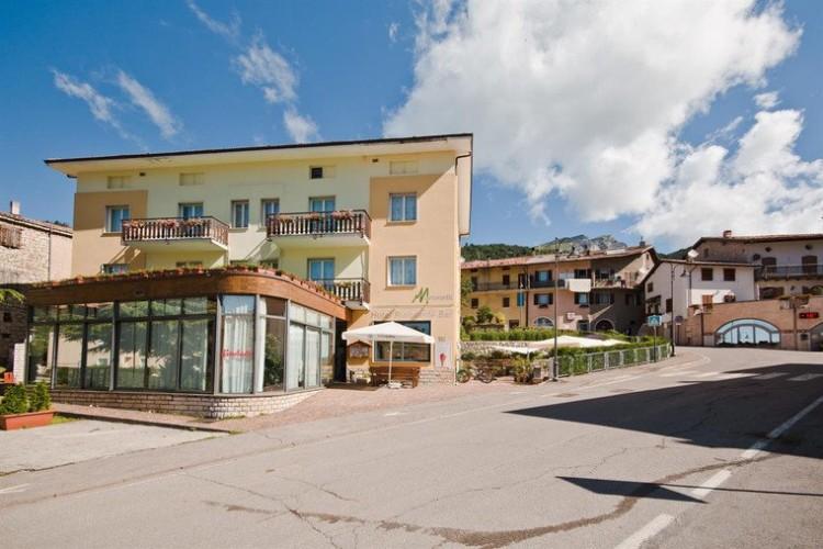 HOTEL  RISTORANTE  MARTINELLI                     (RONZO CHIENIS) (TN)