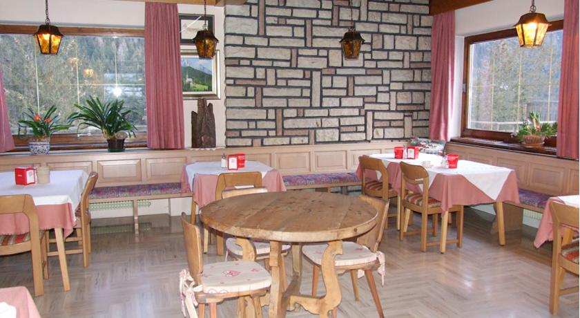 HOTEL GARNI' BUCANEVE             (VIGO DI FASSA)  (TN)
